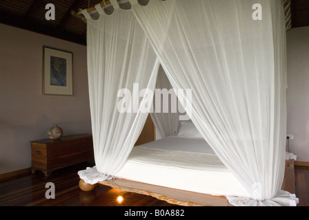 Ein Romantisches Schlafzimmer Mit Himmelbett An Der Cockatoo Hill Retreat  Boutique Hotel Daintree Rainforest Queensland