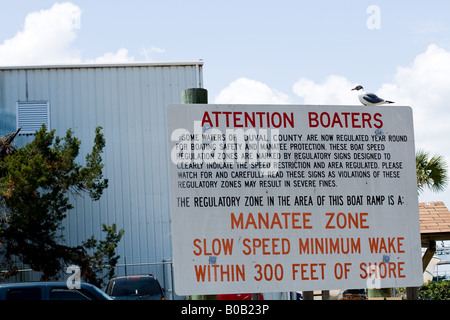 Manatee Warnzeichen für Bootsfahrer auf einem Parkplatz in Mayport, Florida - Stockfoto