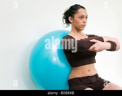 Ein junges Mädchen ruht berauben einem Gymnastikball in einer Pilates-Klasse - Stockfoto
