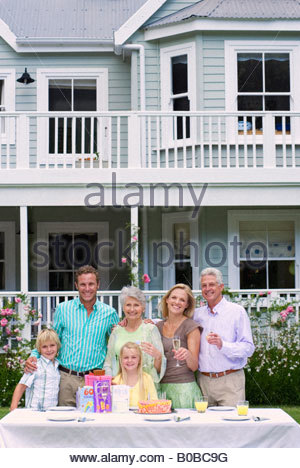 portr t l cheln enkelin feiern gro mutter stockfoto bild 207848114 alamy. Black Bedroom Furniture Sets. Home Design Ideas