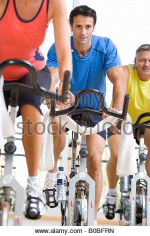 Menschen am Ergometer im Fitness-Studio, niedrigen Winkel Ansicht - Stockfoto