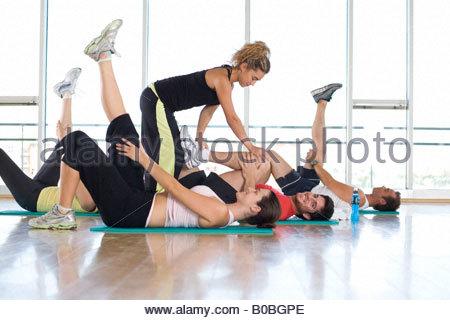 Frauen Fitness-Instruktor Lehre Klasse im Studio im Fitness-Studio, hand auf das Bein Mannes, Porträt des Menschen - Stockfoto