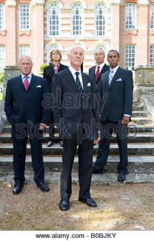Mittlere Gruppe von Geschäftsleuten und Frau von Herrenhaus, Porträt - Stockfoto