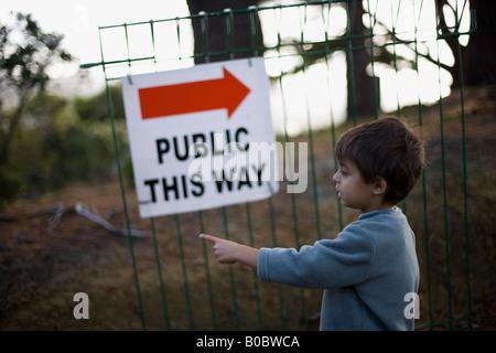 Schild, der Öffentlichkeit im Wellington Zoo New Zealand weist ein sechs Jahre alter Junge in die entgegengesetzte - Stockfoto
