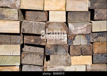 Ein Stapel von alten Holzklötze - Stockfoto