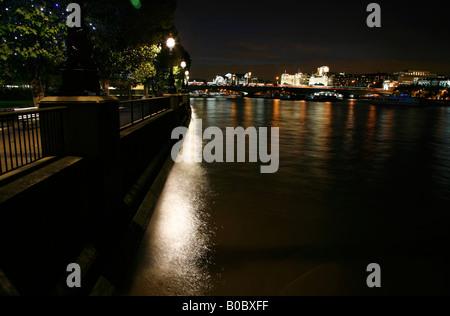 Nachtansicht der Zeit der Königinnen zu Fuß und Waterloo Bridge, Southbank, London - Stockfoto