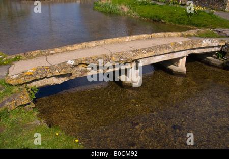 Fußgängerbrücke über den Fluss Auge in hübschen Cotswold Dorf des unteren Schlachtung Gloucestershire England UK - Stockfoto