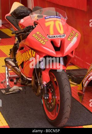 Matt Biltons Yamaha 600 Motorrad im Boxenbereich bei Metzeler National Superstock Championship am Oulton Park Cheshire - Stockfoto