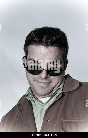 Nahaufnahme von einem jungen Mann mit Sonnenbrille Modell veröffentlicht - Stockfoto