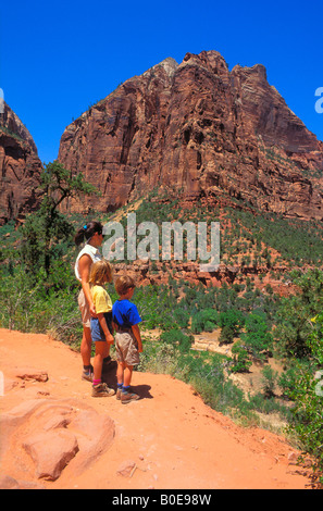 Mutter und Kinder im Alter von 4-8 wandern die Emerald Pools trail in Zion Canyon Zion National Park in Utah - Stockfoto