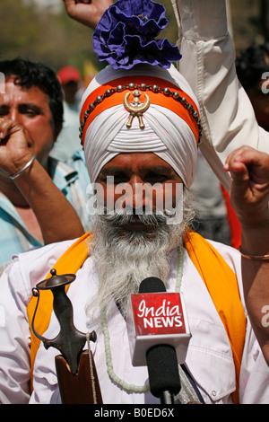 Sikhs aus Rashtriya Sikh Sangh beitreten tibetische Demonstranten versammelten sich in Janpath, Neu Delhi, schwarze - Stockfoto