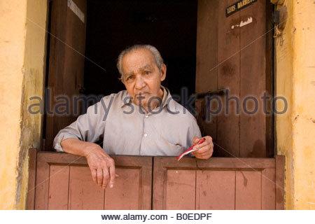 Ein älterer Mann, Herr Luis Barreto, steht an einem der geteilten Türen, die häufig in Panaji (auch bekannt als - Stockfoto