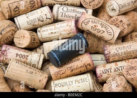 Traditionelle Wein Flaschenkorken mit neuen Stil moderne Kunststoff-Stopfen - Stockfoto