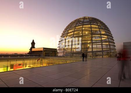 Berliner Reichstag Buidling Dach Terasse Kuppel von Sir Norman Forster in der Dämmerung - Stockfoto