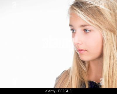 Mädchen auf der Suche auf der Seite, Porträt - Stockfoto