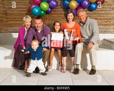 3-Generationen-Familie mit Geburtstagsgeschenke - Stockfoto
