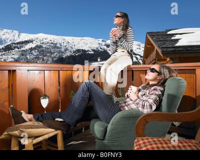 Junge Frauen genießen Sonne am Berge - Stockfoto