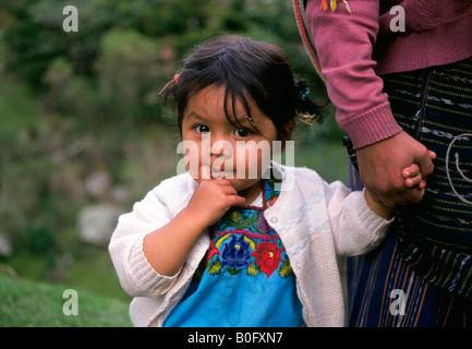 Ein junges Mädchen in Tracht gekleidet geht auf den Markt mit ihrer Mutter in einem kleinen Dorf im Hochland von - Stockfoto