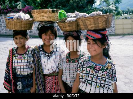 Vier junge guatemaltekischen Mädchen in der Hauptstadt von Antigua Kopf für Markt mit ihren Schmuck von ihren Müttern - Stockfoto