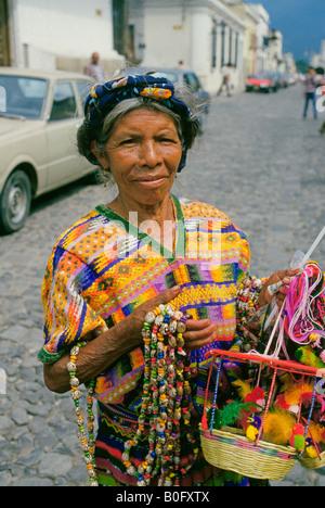 Eine ältere Frau nimmt ihren Schmuck zu einem lokalen Outdoor-Markt in der Hauptstadt von Antigua - Stockfoto