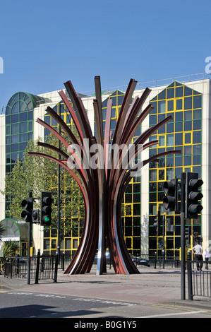Stratford East London Kunst im öffentlichen Raum Skulptur im Stadtzentrum Road Kreuzung modernes Bürogebäude über - Stockfoto