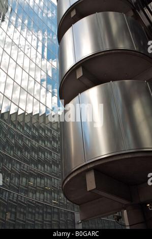 Lloyds of London Edelstahltreppe, infront von Willis Gebäude, City of London - Stockfoto