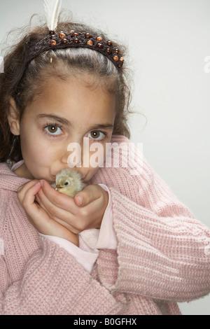 Mädchen küssen Küken - Stockfoto