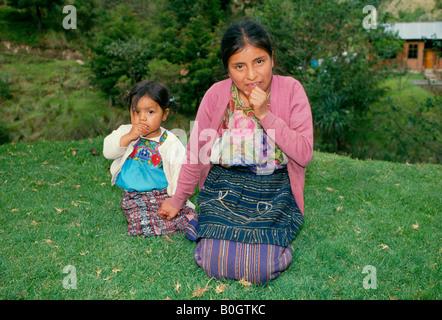 Eine junge indische Mutter mit ihrem Kind im Hochland von Guatemala ist eine Maya-indische Frau von einem der kleinen - Stockfoto