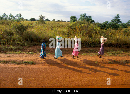 Frauen zu Fuß entlang der Straße von Soroti Moroti, Uganda. - Stockfoto
