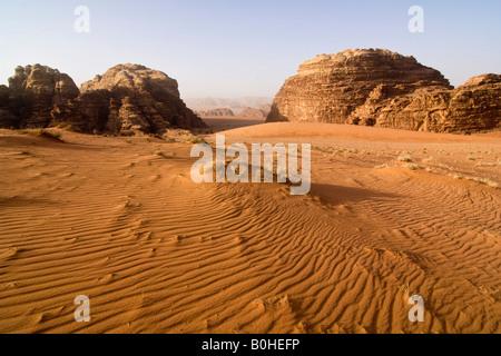 Felsformationen und wind driftet in der Wüste, Wadi Rum, Jordanien, Naher Osten - Stockfoto