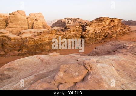 Felsformationen in der Wüste, Wadi Rum, Jordanien, Naher Osten - Stockfoto
