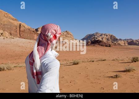 Beduinen Blick aus in die Ferne in der Wüste, naher Wadi Rum, Jordanien, Osten - Stockfoto