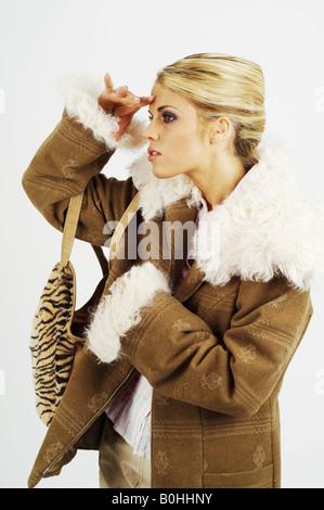 Junge Geschäftsfrau auf der Suche nach etwas weit weg, schauen Sie in die Ferne - Stockfoto