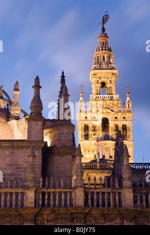 Sevilla, Andalusien, Spanien. Kathedrale und Giralda Turm, Dämmerung - Stockfoto