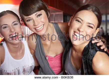 Drei Frauen im Nachtclub, Spaß haben und lachen - Stockfoto