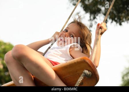 Mädchen auf einer Schaukel - Stockfoto