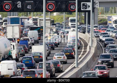 Staus für Pkw und LKW in beiden Richtungsfahrbahnen auf Autobahn M25 London Vereinigtes Königreich - Stockfoto