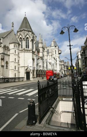City of London, England. Eine öffentliche Bequemlichkeit am Fleet Street mit den Royal Courts of Justice im Hintergrund. - Stockfoto