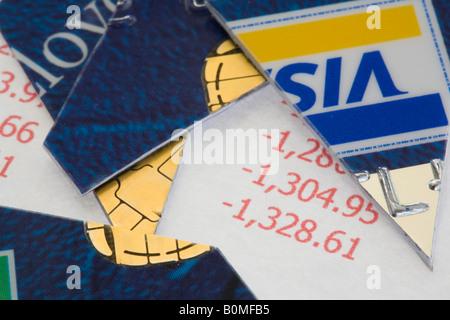 Zerschnitten Sie Visa-Kreditkarte in Stücke auf Anweisung in rot in enger - Stockfoto