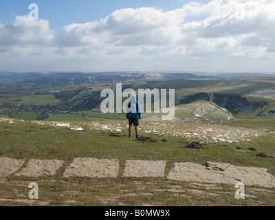Mann sieht in Richtung Hope Zementwerke (in der Ferne) von Mam Tor. Peak District National Park. UK - Stockfoto