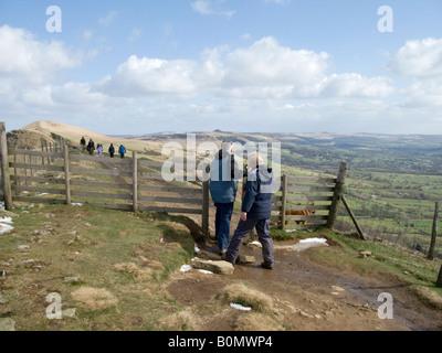 Paare, die Weitergabe durch ein Tor auf dem Fußweg über Mam Tor. Peak District National Park. UK - Stockfoto