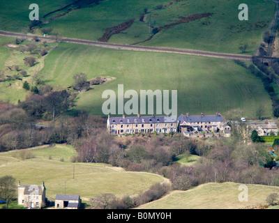 Ansicht der Häuser auf der Vale Edale (Blick nach Norden) von Mam Tor. Peak District National Park. Derbyshire. - Stockfoto