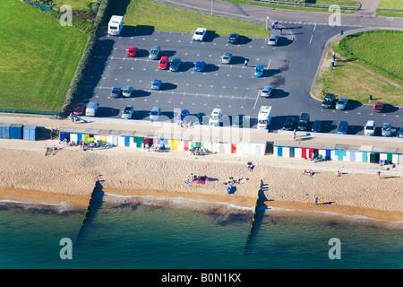 Luftaufnahme des Parkplatzes, Strandhütten und Menschen am Strand.  Milford am Meer, Hampshire. VEREINIGTES KÖNIGREICH. - Stockfoto