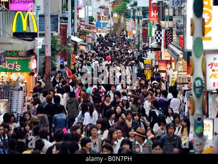 Takeshita Straße drängten sich mit Käufern an einem Samstagnachmittag in Harajuku Tokio Japan - Stockfoto