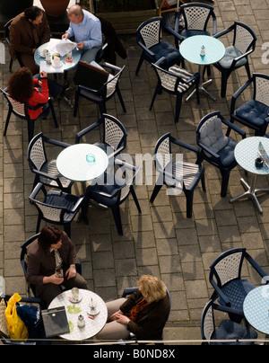Berlin Deutschland Menschen im Café im freien - Stockfoto