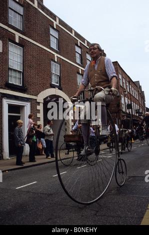 Man kann reiten Penny Farthing Fahrrad In der traditionellen Day-Parade In Knutsford - Stockfoto