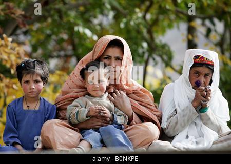 Pakistanischen Familie in Berg Dorf von Altit in Hunza-Region Karokoram Berge Pakistans - Stockfoto