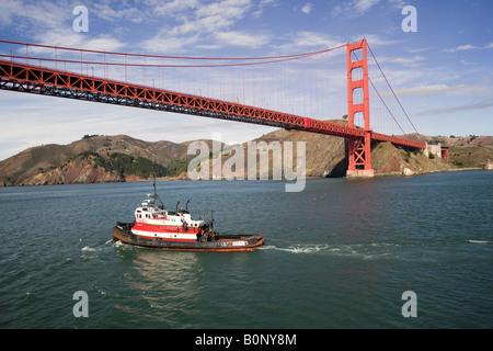 Luftaufnahmen über Schlepper nähert sich Golden Gate Brücke San Francisco Marin Headlands im Hintergrund - Stockfoto