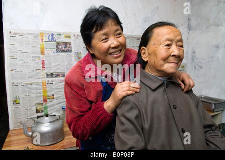 Mutter und Tochter in der Küche der Familie geführtes Restaurant, Zhujijian Dorf, Zhoushan-Inselgruppe, Zhejiang - Stockfoto