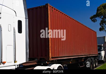 Transport und Trucking / A Semi - Trailer ein Shipping Container transportieren. - Stockfoto